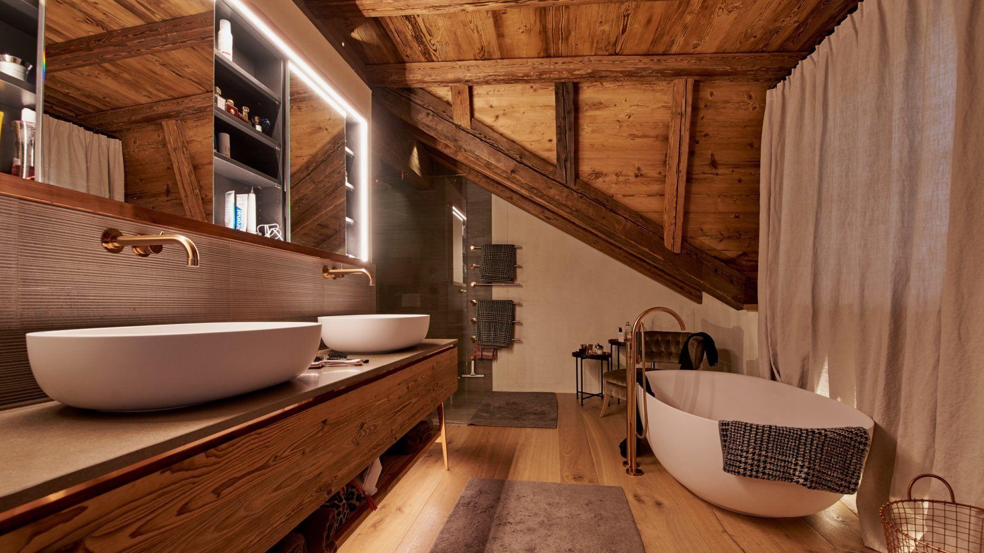 LED Spiegel in Holz als Element der Lichtplanung, Badezimmer in Berchtesgaden