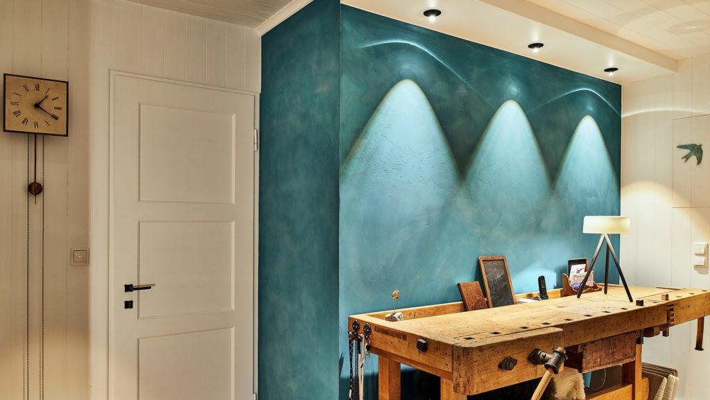Wirkungsvolle LED-Flur-Beleuchtung in denkmalgeschütztem Holzhaus im Chieming
