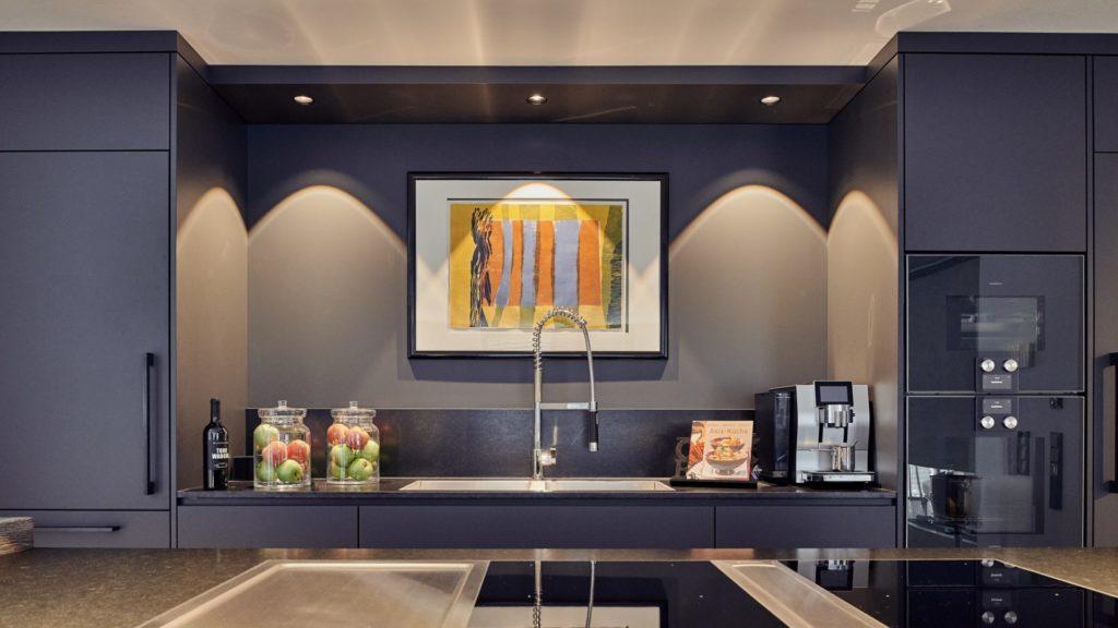 Moderner Schwarz-Look-Küche beleuchtet mit schwarze LED Leuchten