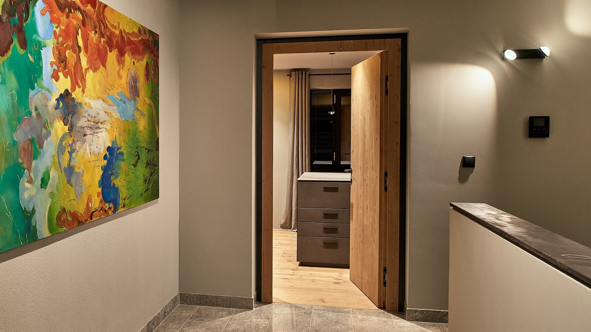 Lichtplanung mit LED-Strahler, privates Treppenhaus, Salzburg