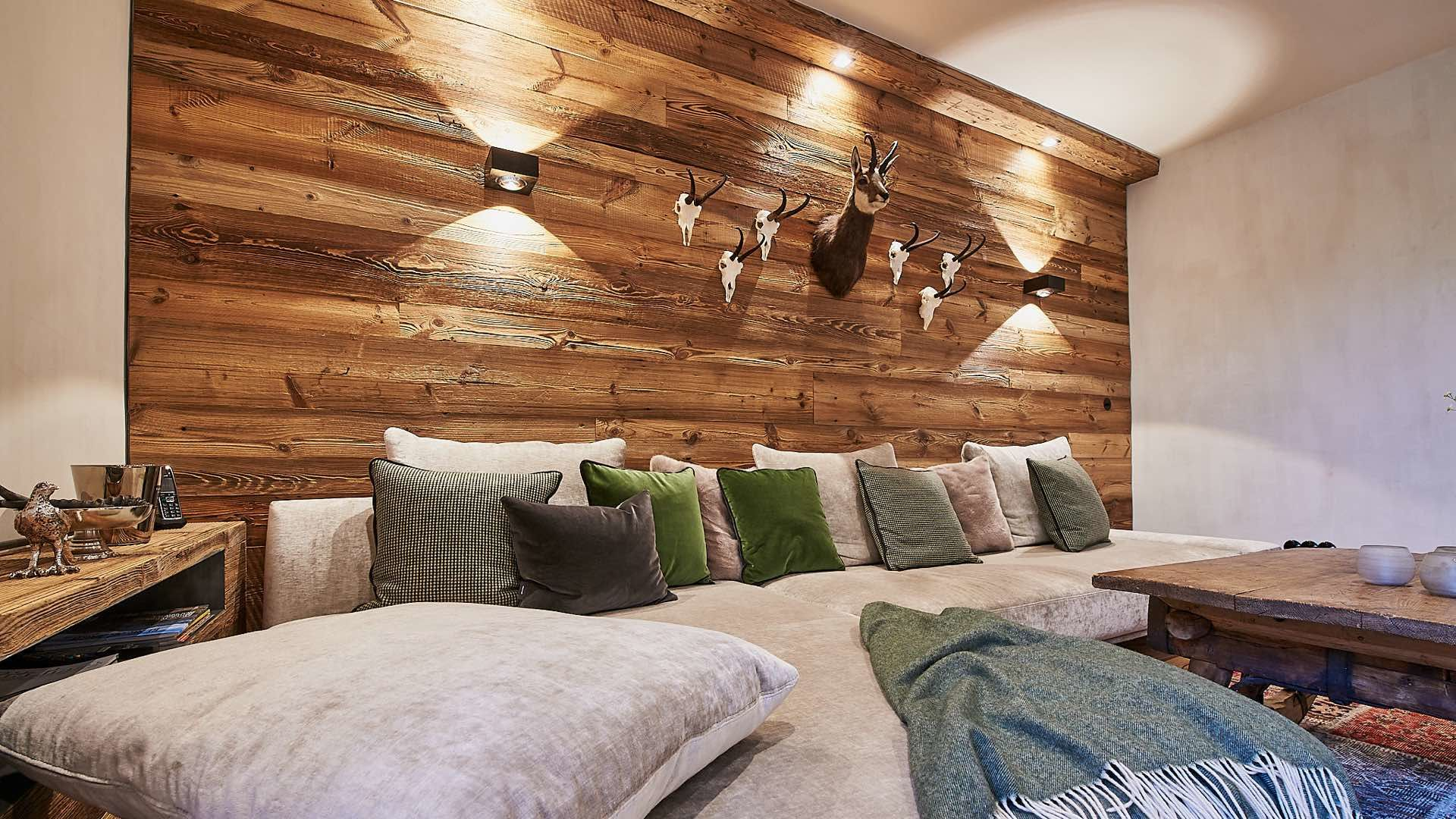 Holzwand mit LED Lampen, Wohnzimmer, Kitzbühel
